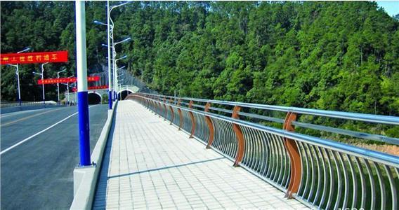 不锈钢桥梁<a href='http://www.lh9955.com/' target='_blank' style='color:#0000FF; text-decoration:underline;'>防撞护栏</a>